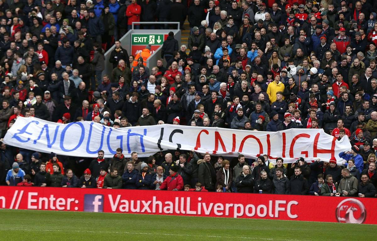 Des supporters déploient une banderole pour protester contre la hausse du prix des billets le 6 février 2016. – BPI/Shutterstock/SIPA