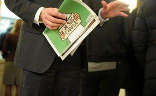 """Un acheteur avec l'exemplaire du Charlie Hebdo """"des survivants"""", le 14 janvier 2015 à Paris"""