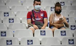 Deux supporters lyonnais lors de la finale de la Coupe de la Ligue 2020 entre le PSG et l'OL.
