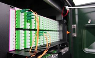 Illustration d'une armoire recevant de la fibre optique, ici installée par l'opérateur Orange au Rheu.