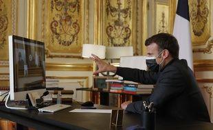 Emmanuel Macron en visioconférence, depuis l'Elysée, avec une classe de 3e du collège Itard d'Oraison dans les Alpes-de-Haute-Provence, le 6 avril 2021.