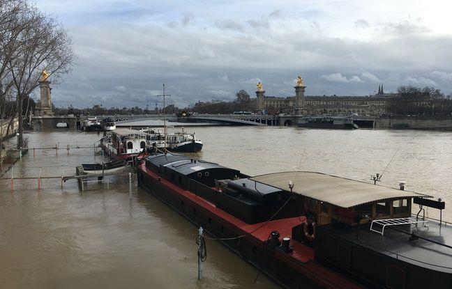 Paris, le 24 janvier 2018 - Crue de la Seine, des péniches près du Pont Alexandre III