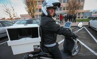 Strasbourg le 8 décembre 2014. Scooter équipe de 4 cameras et d'un GPS. Il permet de compter de 750 à 1500 véhicules en stationnement par heure.