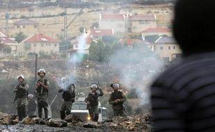 Des forces de sécurité israéliennes tirent des gaz lacrymogènes lors d'affrontements avec des palestiniens à Kfar Qaddum, près de Naplouse le 31 octobre 2014