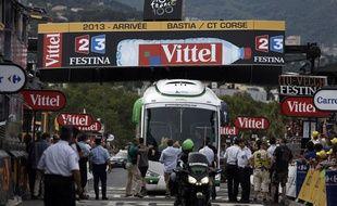 Le bus de l'équipe Orica Greenedge bloqué sur la ligne d'arrivée de la première étape du Tour de France 2013.
