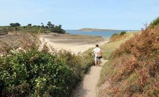 Illustration d'un chemin côtier menant à la plage du Perron à Saint-Briac-sur-Mer, en Bretagne.