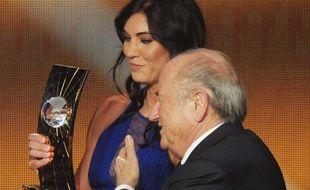 La joueuse américaine Hope Solo et l'ancien président de la Fifa, Sepp Blatter, lors de la cérémonie du ballon d'or, le 7 janvier 2013.