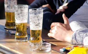 Des consommateurs d'alcool dans un restaurant.