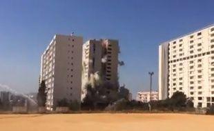 Lors de la destruction de la Tour Cyprès B dans la cité de Malpassé à Marseille, le 21 juillet 2016.