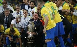 Jair Bolsonaro, entouré des joueurs brésiliens