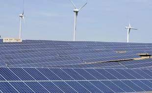 Fin du chantier d'un gigantesque parc photovoltaïque etŽ d'un parc d'Žéoliennes en Haute-Garonne.