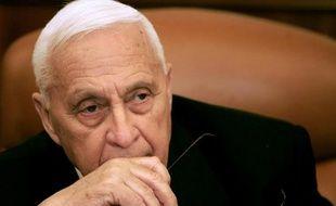 L'état de santé de l'ancien Premier ministre israélien Ariel Sharon, dans le coma depuis près de huit ans, s'est brusquement aggravé, a indiqué mercredi la radio militaire.