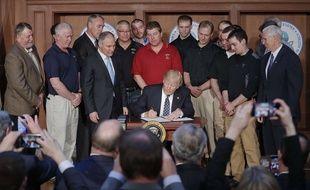 Donald Trump a signé mardi un décret qui encourage la production de charbon comme énergie