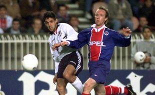Le défenseur du PSG, Francis Llacer (en bleu) lors d'un match de Ligue des champions, le 10 décembre 2003 à Paris.