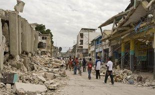 Une rue de Haïti dévastée le 14 janvier 2010 après le tremblement de terre.
