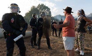 Des manifestants se dressent face à des policiers sur le site du barrage de Sivens.