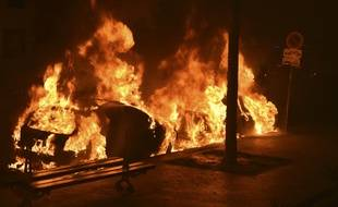 Illustration voitures brûlées.