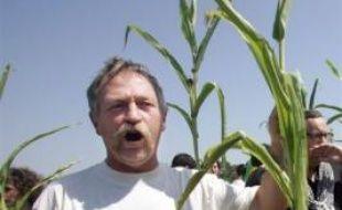 """Le leader altermondialiste José Bové confirme qu'il commencera jeudi à Paris, """"avec une quinzaine de personnes"""", une grève de la faim pour obtenir l'activation par la France de la clause de sauvegarde sur le maïs OGM, dans un entretien publié mercredi par le quotidien Sud Ouest."""