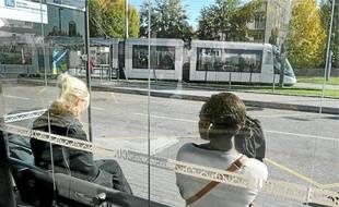 Hier, à Hautepierre-Maillon, l'attente du bus est parfois longue.