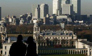 La dette nette britannique a dépassé pour la première fois à la fin 2011 le seuil symbolique des 1.000 milliards de livres (1.200 milliards d'euros), selon des statistiques officielles publiées mardi.