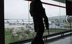 Un militaire de la force Sentinelle à l'aéroport d'Orly, le 18 mars 2017.