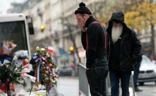 Le chanteur du groupe Eagle of Death Metal Jesse Hughes (G) et le guitariste Dave Catching rendent hommage aux victimes du Bataclan le 8 décembre 2015 à Paris