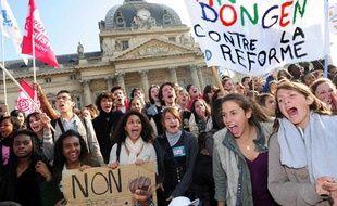 Des jeunes manifestent contre la réforme des retraites le 14 octobre 2010, à Paris.
