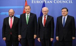 Le Premier ministre turc Recep Tayyip Erdogan est resté mardi à Bruxelles inébranlable dans sa volonté d'encadrer la justice turque, devant une Europe attentiste faceà la crise qui fragilise son régime.