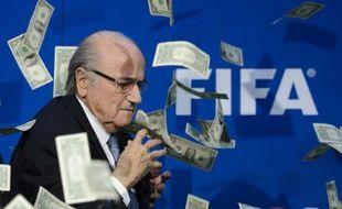 L'ex-patron de la Fifa Sepp Blatter, arrosé de faux billets de dollars, le 20 juillet 2015 à Zurich
