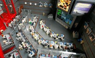 La maquette représente la salle de contrôle des départs des fusées Ariane.