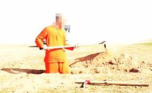 Daesh a récemment publié une nouvelle vidéo montrant l'exécution d'un otage. Capture d'écran de la vidéo en ligne.