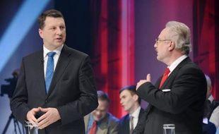 Les candidats à l'élection présidentielle lettonne Egils Levits (à droite) et Raimonds Vejonis (à gauche) lors d'un débat télévisé le 27 mai 2015 à Riga
