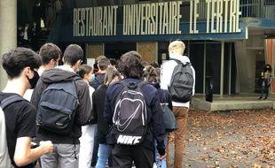 Des étudiants patientent devant le restaurant universitaire du Tertre, à Nantes,le 23 septembre 2020