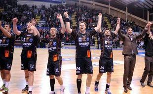 Montpellier commence sa campagne en Ligue des champions, jeudi à Flensburg en Allemagne, dans un climat pesant, sur fond de paris sportifs et de soupçons de match truqué dans le Championnat de France.