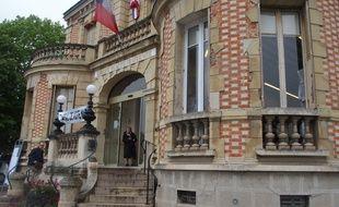 Yerres, le 8 mai 2017. Le ralliement au FN du maire de Yerres et président de communauté d'agglomération, Nicolas Dupont-Aignan, pose la question d'un retrait de ses mandatures.