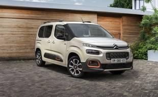 Le Citroën Berlingo adopte les feux étagés et les coussins « airbumps » sur les flancs.