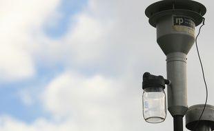Pollution automobile. station de detection et d'analyse des polluants mise en place par l'ORAMIP. (Observatoire Regional de l'air en Midi Pyrenees.). Rocade.