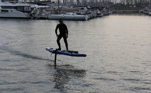 La petite aile motorisée permet de s'envoler au dessus de l'eau.