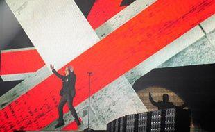 Bono, le chanteur de U2 lors de la prestation du groupe aux Brit Awards, Londres, le 18 février 2009.