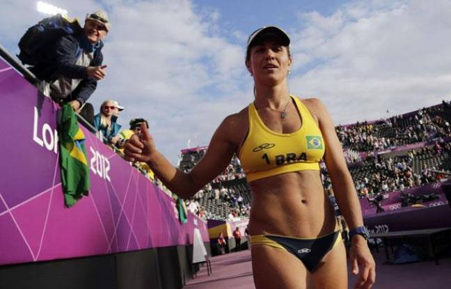 La joueuse de beach-volley Maria Antonelli le 2 août 2012 à la fin d'un match aux Jeux olympiques de Londres.