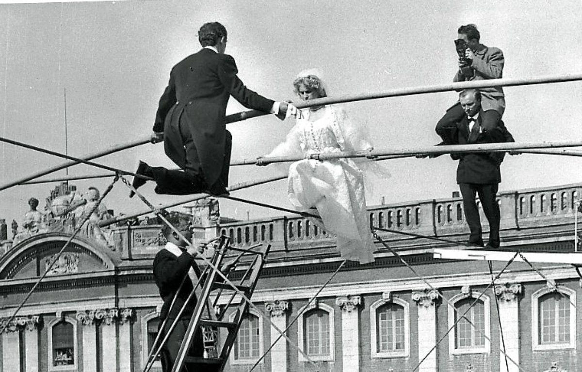 Toulouse, le 22 mai 1954 - Les mariÈs funambules convolent au-dessus de la place du Capitole sous l'oeil de Jean Dieuzaide – G. Railland