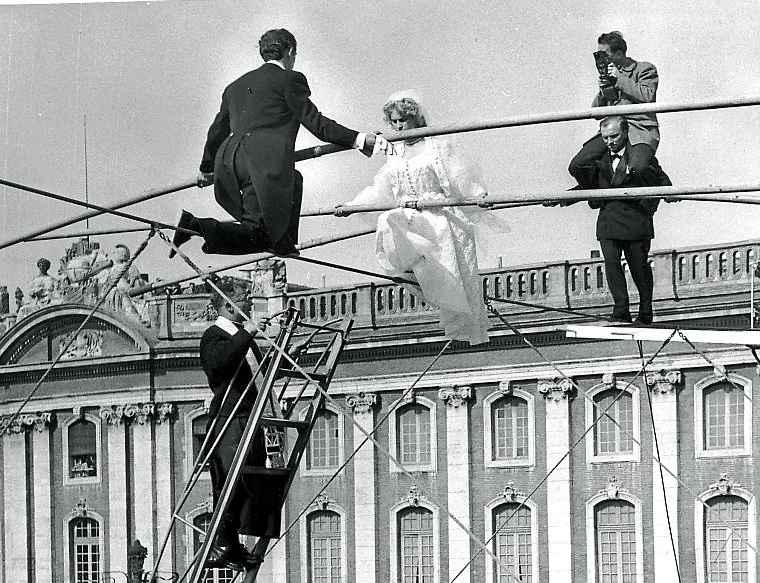 toulouse soixante ans apr s les mari s funambules de retour sur le capitole. Black Bedroom Furniture Sets. Home Design Ideas