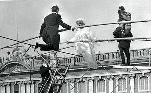 Toulouse, le 22 mai 1954 - Les mariÈs funambules convolent au-dessus de la place du Capitole sous l'oeil de Jean Dieuzaide
