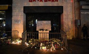 Bougies, fleurs et messages déposés devant le Bataclan, le 13 novembre 2017, deux ans après les attaques terroristes de Paris.
