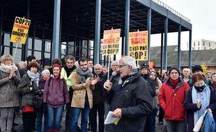 Les opposants devant le tribunal de Nantes, ce jeudi matin / AFP / Georges GOBET
