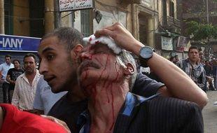 Au Caire, la police anti-émeutes, déployée devant le portail principal de la cathédrale Saint-Marc, a tiré des grenades lacrymogènes sur le lieu de culte, ont rapporté des journalistes de l'AFP.