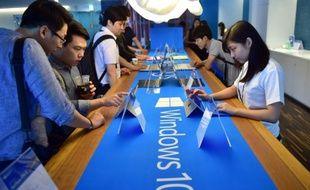 Des visiteurs dans un point de vente de Microsoft à Séoul découvrent Windows 10 le 29 juillet 2015, quelques heures après le lancement de la nouvelle version du système opératif