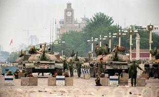 Les chars de l'Armée populaire de libération sur la place Tiananmen à Beijing, le 6 juin 1989, deux jours après les affrontements.
