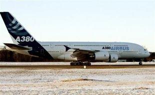 Un avion géant A380 a décollé vendredi pour un premier vol d'essai, en étant partiellement alimenté d'un carburant de synthèse liquide (GTL) dérivé du gaz, pour relier en trois heures le site d'Airbus de Filton, près de Bristol (sud-ouest de l'Angleterre) à son siège de Toulouse.