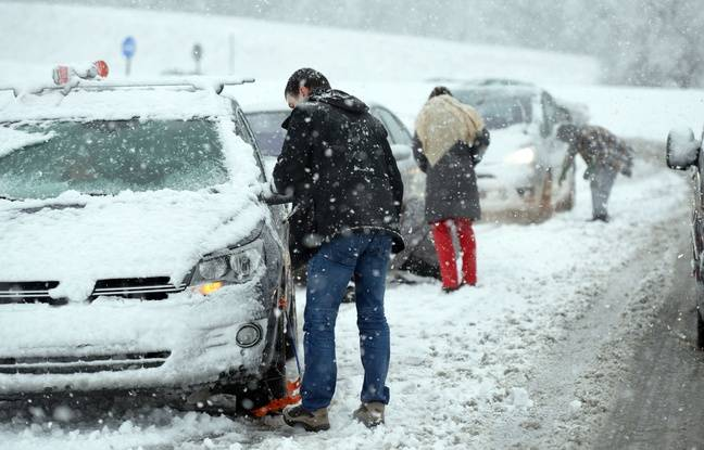 Des automobilistes montent des chaînes en Isère.